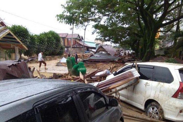 Kota Masamba, Kabupaten Luwu Utara, Sulawesi Selatan porak-poranda usai diterjang banjir bandang, Senin (13/7/2020) malam. Lumpur memenuhi setiap sudut kota kecil berjarak 450 kilometer dari Makassar.