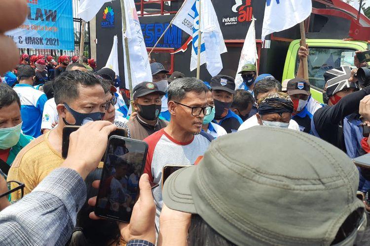 Ketua Umum SPM (kanan) dalam konferensi pers ketika aksi tolak omnibus law, Senin (9/11/2020).