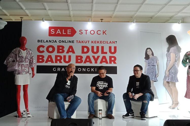 Widijastoro Nugroho (CMO Sale Stock Indonesia), Lingga Madu (CEO Sale Stock Indonesia) dan Jeffrey Yuwono (President Sale Stock Indonesia saat mengenalkan layanan Coba Dulu Baru Bayar (CDBB) di Tanamera Coffee, Kebayoran Baru, Jakarta, Selasa (27/3/2018).