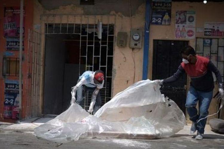 Jenazah korban Covid-19 di Ekuador dibungkus plastik dan dimasukkan ke peti kardus. Sebagian warga juga membakar barang-barang yang pernah disentuh korban.