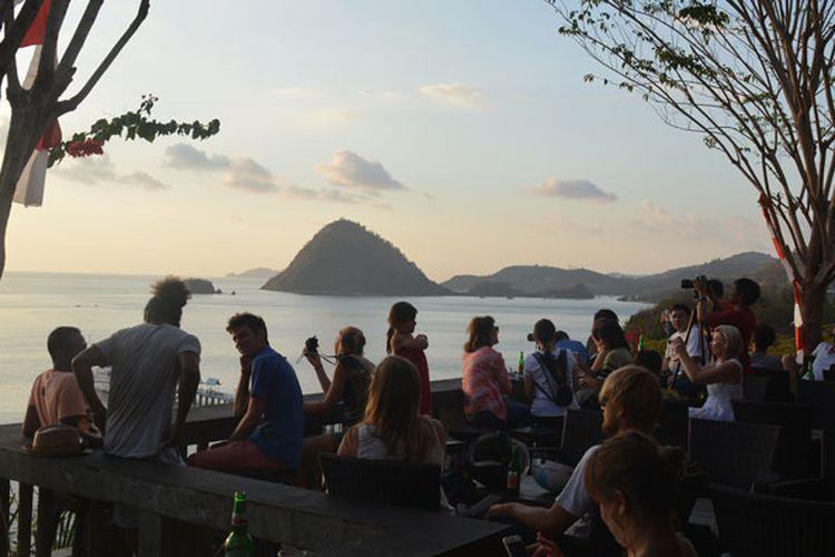 Turis asing sedang duduk di Restoran Paradise Labuan Bajo, Nusa Tenggara Timur, Minggu (27/8/2017) untuk menunggu matahari terbenam di ujung barat Pulau Flores.