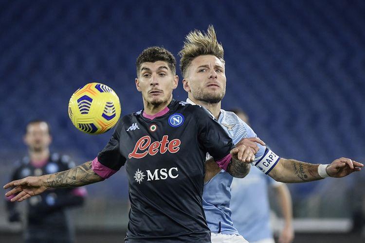 Pemain bertahan Napoli, Giovanni Di Lorenzo (kiri), berduel dengan penyerang Lazio, Ciro Immobile, pada laga lanjutan pekan ke-13 Liga Italia di Stadion Olimpico, Senin (21/12/2020) dini hari WIB.