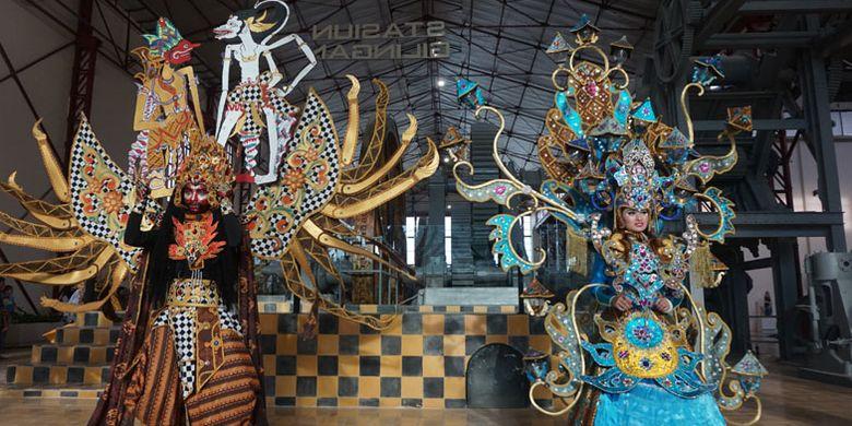 Penampilan Solo Batik Carnival di Pabrik Gula Colomadu, Karanganyar, Jawa Tengah, Kamis (22/3/2018). Pabrik gula ini direvitalisasi menjadi tempat wisata dan kawasan komersial. Kini namanya berubah menjadi De Tjolomadoe.