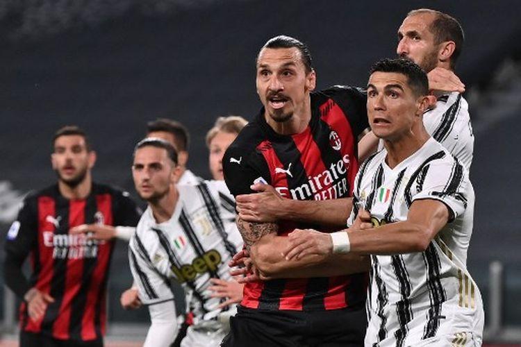 Zlatan Ibrahimovic (kiri) berduel dengan Cristiano Ronaldo (kanan) pada laga pekan ke-35 Liga Italia yang mempertemukan Juventus vs AC Milan di Stadion Allianz pada Senin (10/5/2021) dini hari WIB.