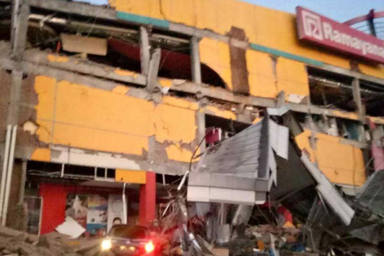 Sebuah bangunan pusat perbelanjaan yang roboh akibat gempa di Palu, Sulawesi Tengah, Jumat (28/9/2018). Gempa bermagnitudo 7,7 mengguncang Donggala, Sulawesi Tengah. Kejadian ini disertai tsunami hingga Palu, menyebabkan banyak bangunan rusak dan komunikasi terputus. Jumlah korban masih terus didata.