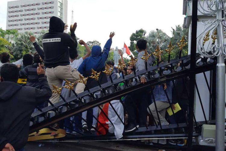 Massa aksi tolak UU Omnibus Law di Surabaya rusak pagar Gedung Negara Grahadi, Kamis (8/10/2020)