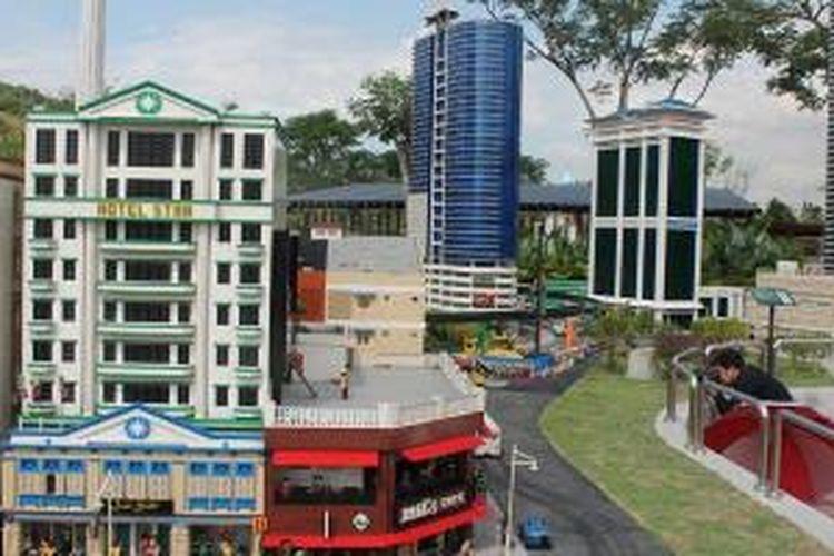 Pengunjung mengabadikan bangunan bersejarah yang dibuat dari lego di wahana wisata Legoland, Nusajaya, Johor, Malaysia.