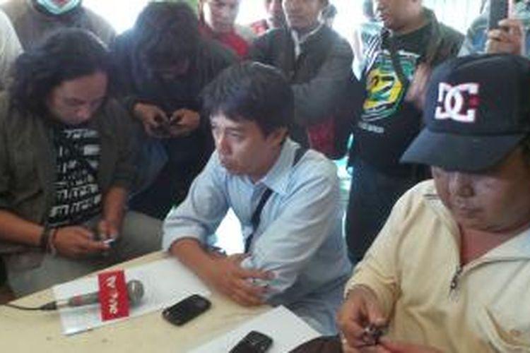 Guna Jaya selaku alih waris Adam Malik berbicara kepada wartawan, Selasa (27/8/2013). Ia mengklaim kepemilihan tanah seluas 2,1 hektar di sekitar Waduk Ria Rio, Kampung Pedongkelan, Kelurahan Kayu Putih, Kecamatan Pulogadung, Jakarta Timur.