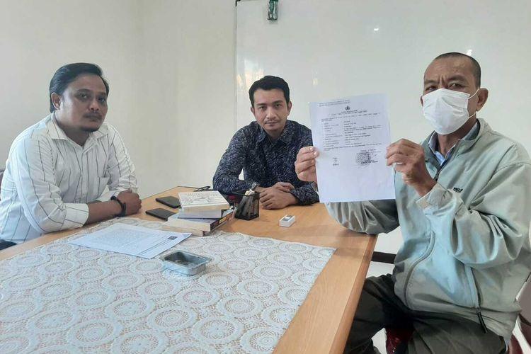 Korban Syukur, saat menunjukkan bukti laporan kasus dugaan mafia tanah kepada Polda Kalbar.