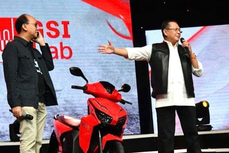 Motor listrik yang ditandatangani Presiden Joko Widodo laku seharga Rp 2,5 miliar dalam lelang yang digelar saat konser virtual Berbagi Kasih Bersama Bimbo, Minggu (17/5/2020).