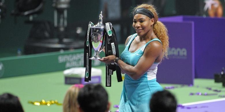 Petenis Amerika Serikat, Serena Williams, berpose dengan trofi juara Womens Tennis Association (WTA) Final, yang didapat setelah mengalahkan petenis Rumania, Simona Halep, pada laga finsl di Singapura, Minggu (26/10/2014).