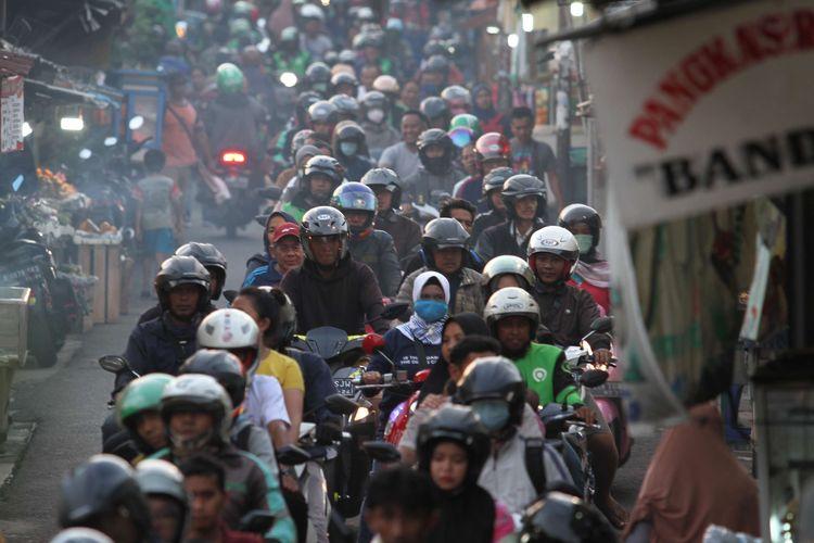 Suasana jalan yang dipadati pengendara motor di kawasan Pasar Minggu, Jakarta Selatan, Rabu (15/1/2020). Menghindari kemacetan di jalan raya Lenteng Agung, imbasnya jalan tersebut juga macet.