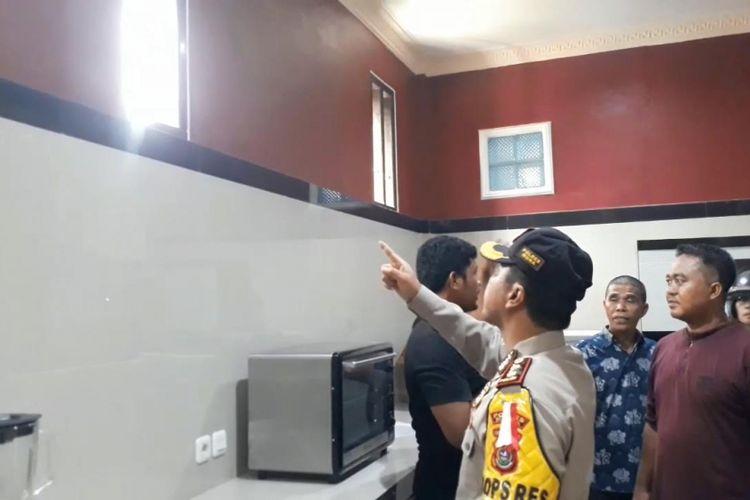Kapolres Muna, AKBP Agung Ramos Paretongan Sinaga, melihat langsung ventilasi rumah korban tempat masuknya pelaku perampokan, Kamis (29/11/2018)