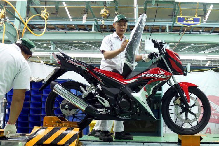 Karyawan AHM melakukan proses perakitan sepeda motor New Honda Sonic 150R di pabrik AHM di kawasan Pegangsaan, Jakarta Timur.
