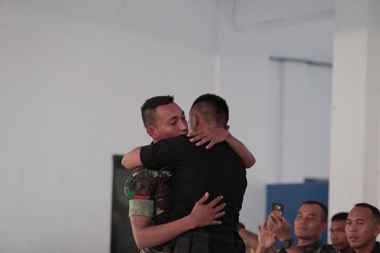 Anggota TNI Yonif 734 /SNS Prada Palisoa dan Anggota Brimob Kompi 3 Yon Pelopor Bharatu Marselinus Laikier saling berpelukan dan mengakui kesalahannnya di hadapan Pangdam Pattimura dan Kapolda Maluku bertempat di markas TNI Yonif 734 Saumlaki, Sabtu (21/12/2019)