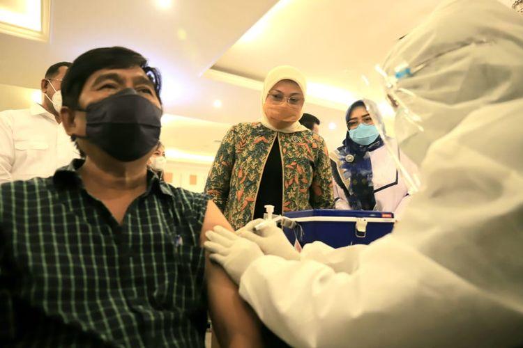 Menaker Ida Fauziyah saat meninjau program vaksinasi bagi 1000 pekerja dan buruh dalam rangka memperingati Hari Buruh Internasional atau May Day 2021 di Kantor Kementerian Ketenagakerjaan (Kemnaker), Jakarta, (4/5/2021).