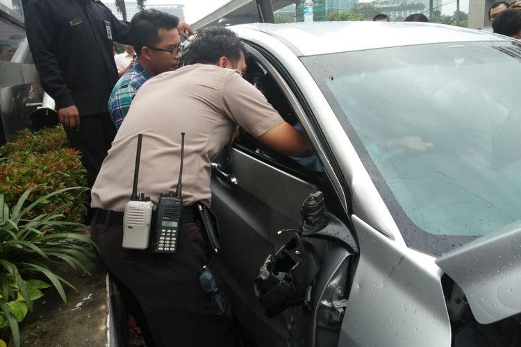 Mobil HRV yang ditabrak Kopaja P20 di Jalan HR Rasuna Said, Kuningan, Jakarta Selatan, rusak parah, Kamis (26/4/2018).
