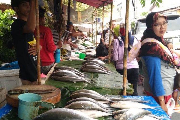 Jalan Sulaiman di Rawabelong berubah menjadi pasar ikan bandeng menjelang Imlek.