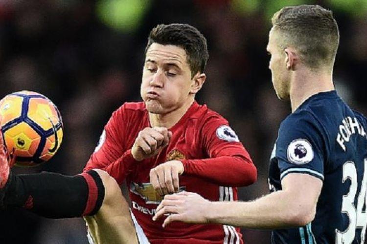 Ander Herrera mendapat pengawalan ketat dari Adam Forshaw saat Manchester United menjamu Middlesbrough di Old Trafford, Sabtu (31/12/2016).