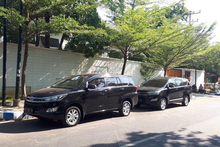 Sejumlah mobil petugas parkir di depan rumah pribadi Tantri sejak pagi.