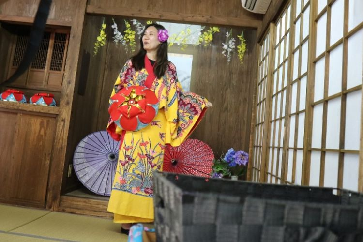 Wisatawan bisa mencoba kimono dengan motif khas Okinawa di salah satu stan wisata di Okinawa World, Naha, Okinawa, Jepang, Sabtu (29/6/2018).
