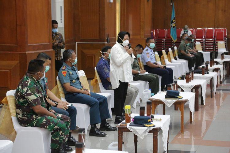 Wali Kota Surabaya Tri Rismaharini menggelar rapat koordinasi dengan berbagai stakeholder untuk mencegah penularan virus Covid-19 di Graha Sawunggaling, Surabaya, Senin (16/3/2020).