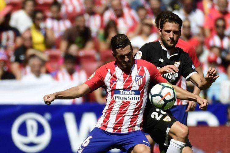 Gelandang Atletico Madrid dari Spanyol, Koke bersaing dengan gelandang Sevilla dari Italia Franco Vazquez (kanan) selama pertandingan sepak bola liga Spanyol Club Atletico de Madrid vs Sevilla FC di stadion Wanda Metropolitano di Madrid pada 23 September 2017.