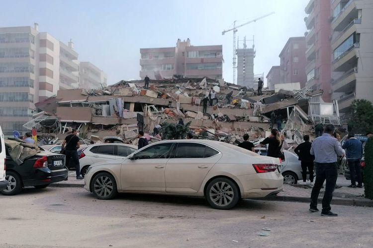 Bangunan yang ambruk akibat gempa magnitudo 7 di Izmir, Turki, pada Jumat (30/10/2020). Pusat gempa berada di Laut Aegean dengan kedalaman 16,5 kilometer.