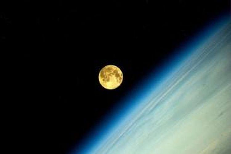 Supermoon diabadikan dari Stasiun Luar Angkasa Internasional pada Senin (11/8/2014) dini hari.