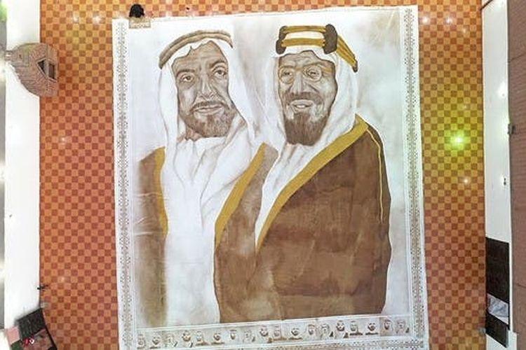 Lukisan terbesar di dunia dari bubuk kopi karya Ohud Abdullah Almalki masuk penghargaan Guinness World Records pada Minggu (18/10/2020). Almalki menjadi wanita pertama di Arab Saudi yang memecahkan rekor dunia.
