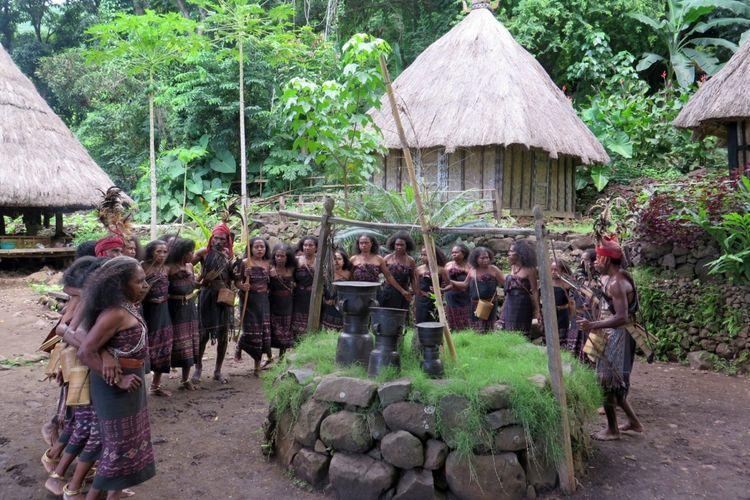 Para warga Desa adat Takpala menarikan tarian lego-lego mengelilingi batu mezbah diiringi nyanyian dan genderang moko. Tari lego-lego merupakan budaya khas Alor yang bermakna kebersamaan dan persatuan.