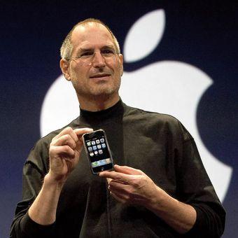 Steve Jobs saat memperkenalkan iPhone generasi pertama tahun 2007