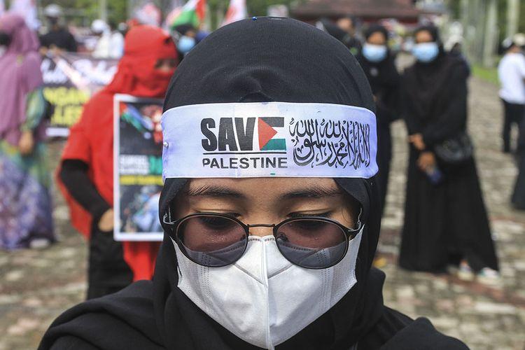 Massa aksi penggalangan dana untuk Palestina saat melakukan orasi di halaman gedung DPRD Sumatera Selatan, Jumat (21/5/2021). Dalam aksi tersebut, mereka berhasil menggalang dana sebesar Rp 16 juta.