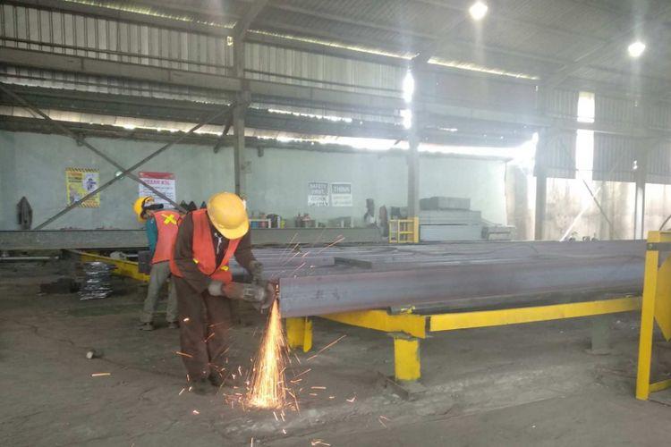 Fabrikasi baja untuk skybridge Tanah Abang dilakukan di Cikupa, Tangerang, Kamis (9/8/2018).