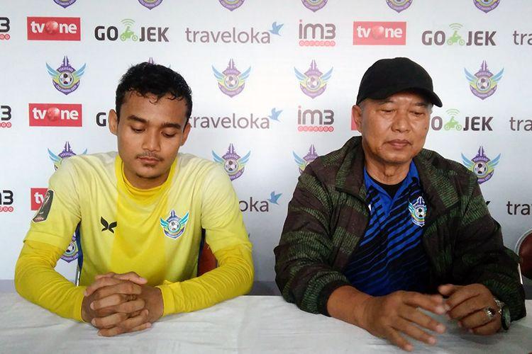 Pelatih Persegres Gresik United Hanafi (kanan) dan Komarudin, sebelum pertandingan melawan Bhayangkara FC.