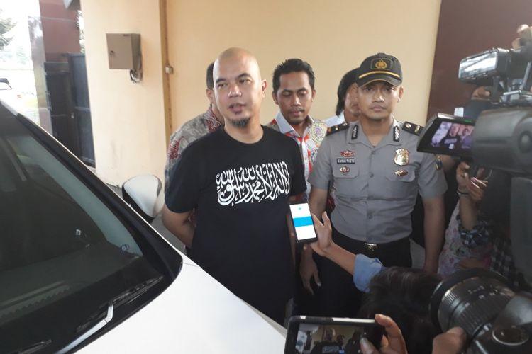 Ahmad Dhani menghadiri pemeriksaan di Mapolda Jatim, Rabu (24/10/2018)