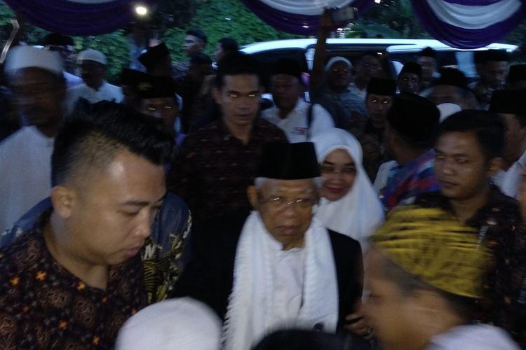 Maruf Amin bersama isterinya saat berkunjung ke kerabatnya di Desa Jambringin, Kecamatan Proppo, Senin (1/4/2019).