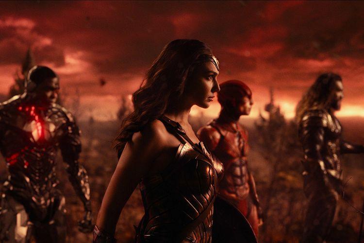 Jason Momoa (Aquaman), Gal Gadot (Wonder Woman), Ezra Miller (The Flash), dan Ray Fisher (Cyborg) beraksi dalam Justice League (2017)