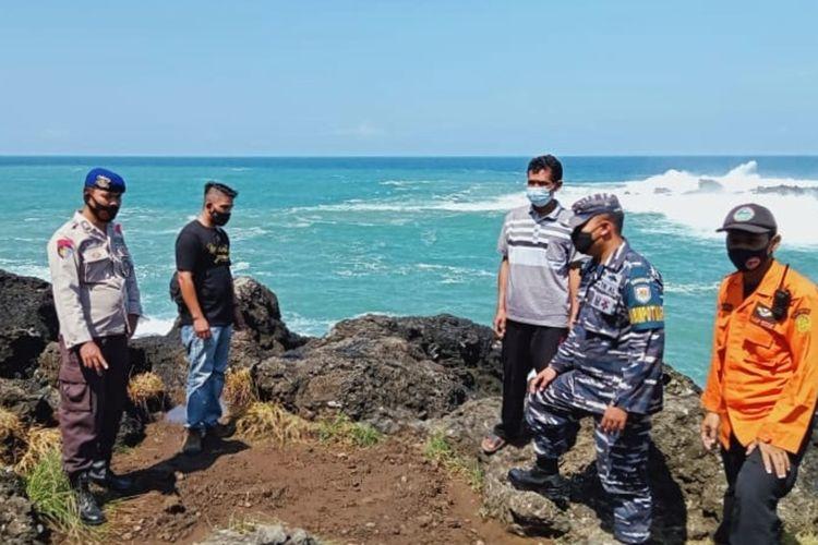 Tim SAR Gabungan melakukan operasi pencarian dua wisatawan yang hilang tersapu gelombang tinggi di Pantai Menganti, Kebumen, Jawa Tengah, Minggu (30/5/2021).