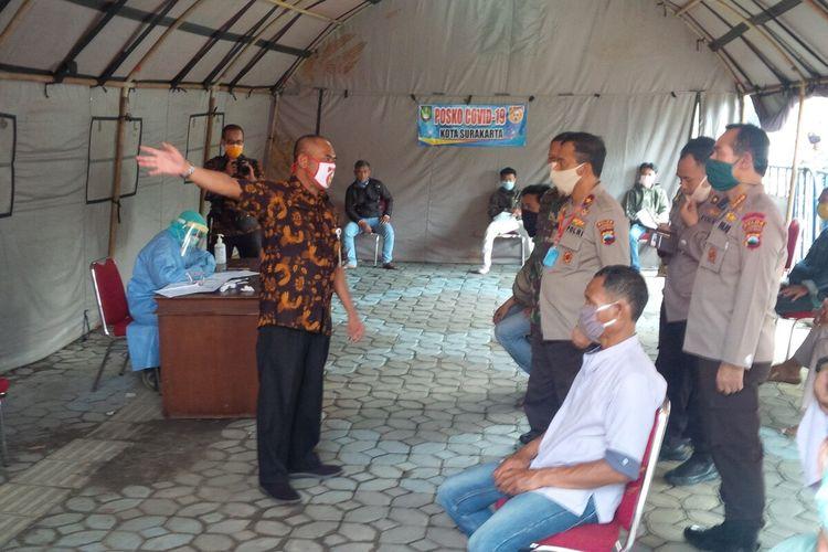 Wali Kota Solo, FX Hadi Rudyatmo bersama Waka Polda Jateng, Brigjen Pol Ahmad Luthfi meninjau Posko Covid-19 di Grha Wisata Niaga Solo, Jawa Tengah, Kamis (9/4/2020).
