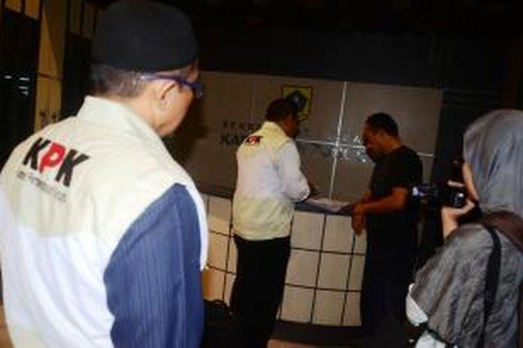 Tim penyidik Komisi Pemberantasan Korupsi (KPK), saat melakukan penggeledahan di Kantor Bupati Bogor, Jumat(9/5/2014). Mereka datang sekitar pukul 03.00 WIB dengan pengawalan ketat dari Brimob. K97-14