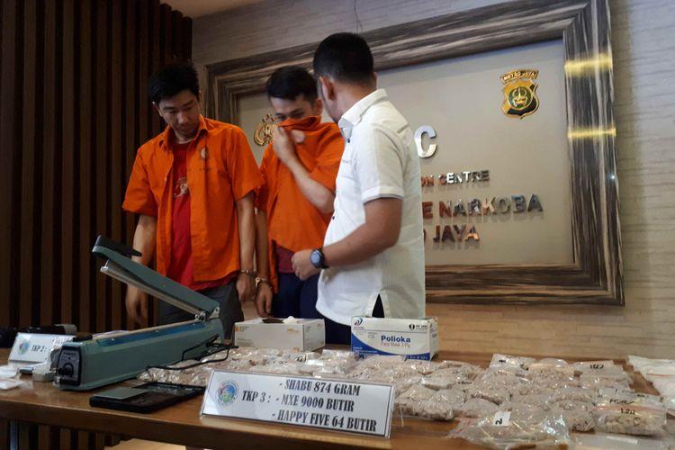 Polda Metro Jaya mengungkap kasus peredaran narkotika jaringan Jakarta-Malaysia-Pontianak pada Selasa (12/2/2019) dengan menangkap dua tersangka berinisial SS dan ST.