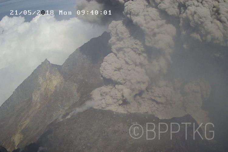 Visual kawah merapi saat kejadian erupsi freatik pagi ini pukul 09.38 WIB dengan tinggi kolom letusan 1200 m arah condong ke barat. Status NORMAL.
