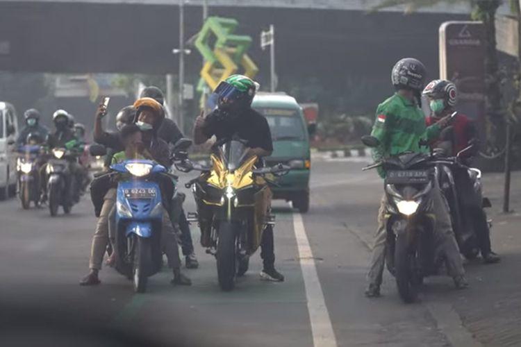 Pengendara moge Kawasaki Ninja H2 yang merupakan YouTuber Doni Salmanan bagi-bagi uang di lampu merah dan pinggir jalan