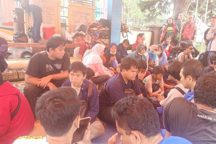 32 orang mahasiswa penyandang tunanetra melakukan aksi tidur di halte dan trotoar di depan Balai Rehabilitasi Sosial Penyandang Disabilitas Sensorik Netra (BRSPDSN) Wyata Guna Bandung, Jalan Pajajaran, Kota Bandung sejak Selasa (14/1/2020) malam hingga hari ini, Rabu (15/1/2020).
