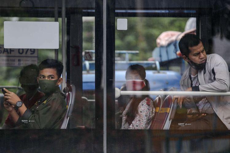 Warga menggunakan masker saat menumpangi bus transjakarta di Jl. Letjen S. Parman, Jakarta Barat, Senin (4/5/2020). Provinsi DKI Jakarta memasuki pelaksanaan pembatasan sosial berskala besar (PSBB) yang diperpanjang ke tahap kedua. Tujuan PSBB ini adalah untuk menekan penyebaran virus corona (Covid-19).