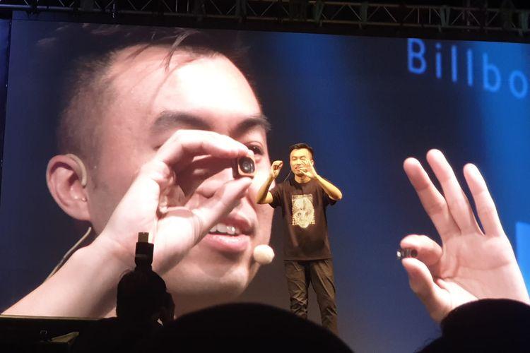 Country Director Xiaomi Indonesia, Alvin Tse membandingkan sensor fisik kamera 108 megapiksel (tangan kanan) yang lebih besar ketimbang sensor fisik 12 megapiksel (tangan kiri).