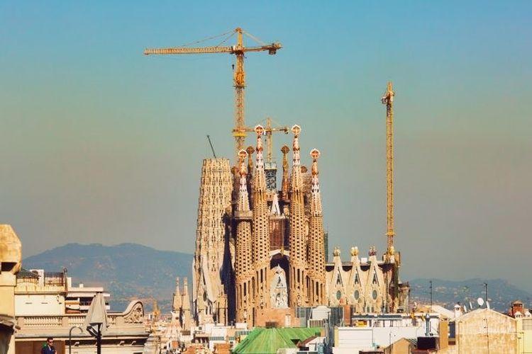 Pembangunan gereja Sagrada Familia di Barcelona, Spanyol.