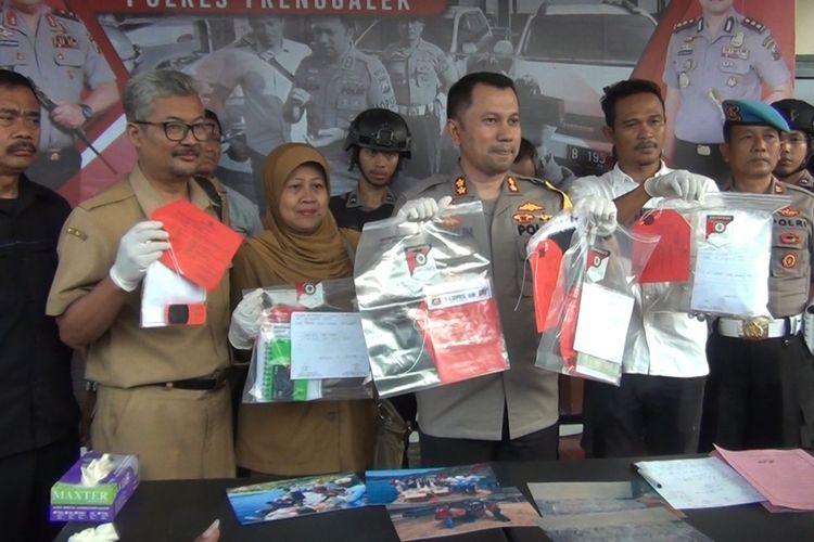 Kapolres Trenggalek (baju dinas) menunjukkan barang bukti hasil ungkap kasus upaya penyelundupan 16.000 benih lobster di Trenggalek, Jawa Timur (15/10/2019)
