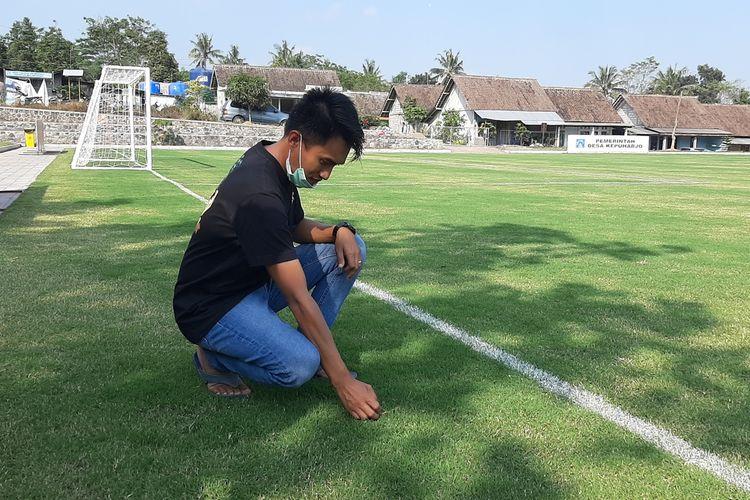 inisiator Kepuharjo Sport Center (KSC), Gani Sadat saat mengecek rumput